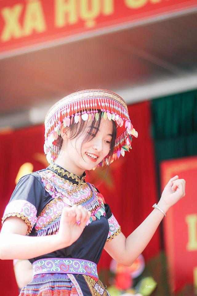Nữ sinh Thái Nguyên bất ngờ nổi tiếng sau màn biểu diễn trong lễ khai giảng - Ảnh 3.