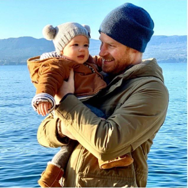 Vợ chồng Meghan Markle công bố bức ảnh chưa từng thấy của con trai đầu lòng dịp năm mới 2020 - Ảnh 1.