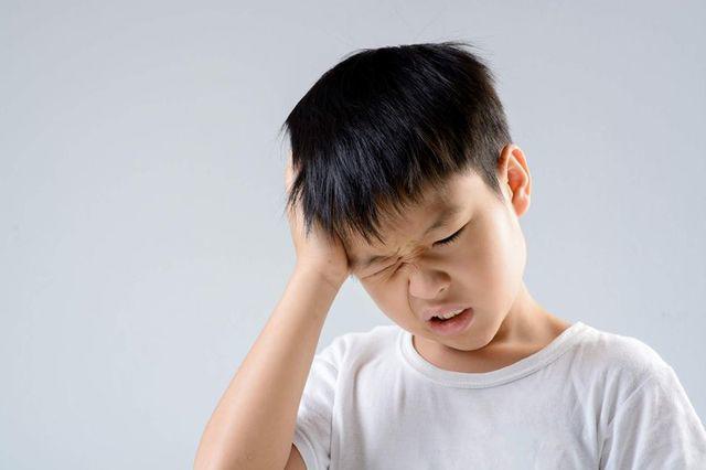 """Cậu bé 8 tuổi bị đau tai, đi khám bác sĩ sốc khi phát hiện có """"cây"""" mọc trong tai  - Ảnh 1."""