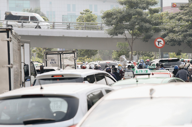 Cửa ngõ sân bay Tân Sơn Nhất kẹt xe kinh hoàng ngày giáp Tết - Ảnh 9.