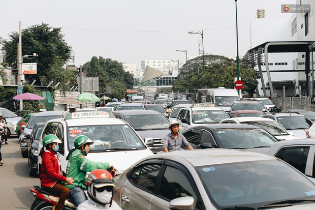 Cửa ngõ sân bay Tân Sơn Nhất kẹt xe kinh hoàng ngày giáp Tết - Ảnh 10.