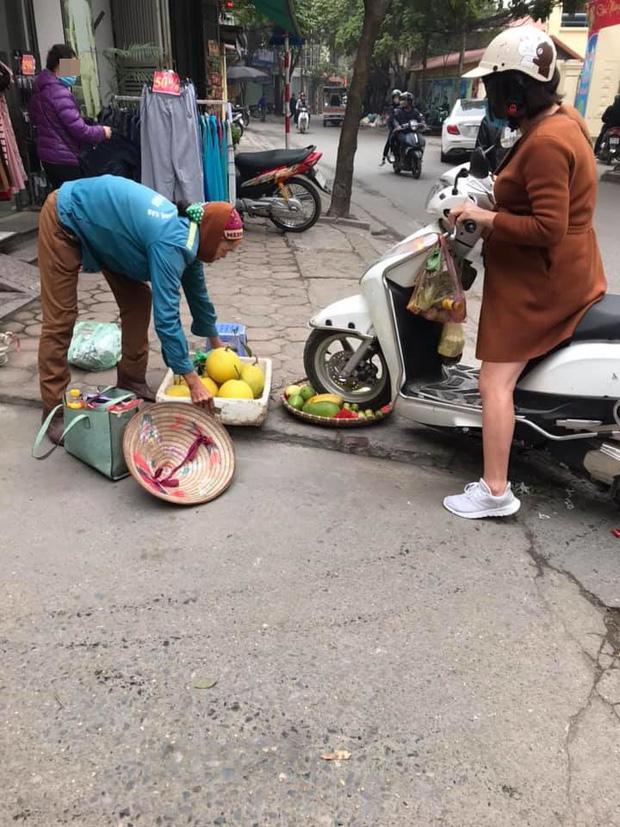Vụ người phụ nữ mang thai phi xe cán nát mẹt hoa quả của người bán hàng rong: Nhân viên cửa hàng quần áo lên tiếng - Ảnh 1.