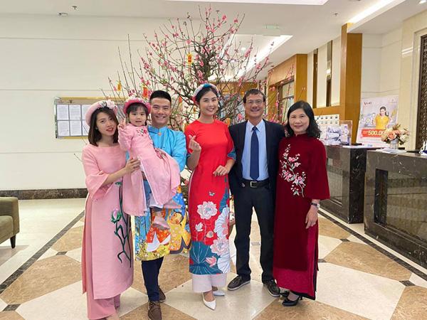 Bạn trai chụp ảnh Tết cùng gia đình Hoa hậu Ngọc Hân làm dấy lên nghi vấn sắp có một đám cưới đẹp - Ảnh 4.