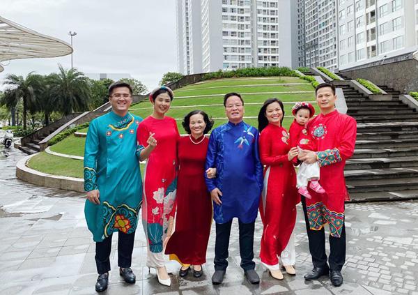 Bạn trai chụp ảnh Tết cùng gia đình Hoa hậu Ngọc Hân làm dấy lên nghi vấn sắp có một đám cưới đẹp - Ảnh 3.