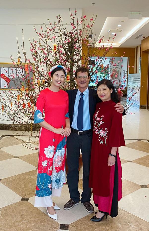 Bạn trai chụp ảnh Tết cùng gia đình Hoa hậu Ngọc Hân làm dấy lên nghi vấn sắp có một đám cưới đẹp - Ảnh 5.