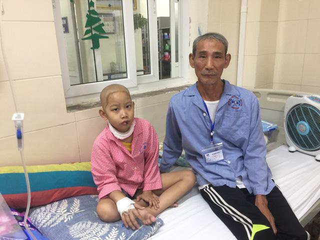 Tình người ấm áp đến với gia đình có hai ông cháu cùng mắc bệnh ung thư - Ảnh 2.