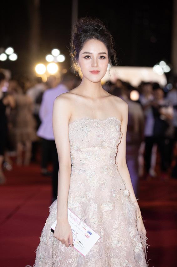 Mỹ nhân nào xuất hiện thảm đỏ Bán kết Hoa hậu Việt Nam 2020? - Ảnh 6.