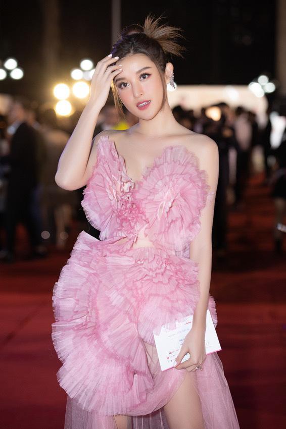 Mỹ nhân nào xuất hiện thảm đỏ Bán kết Hoa hậu Việt Nam 2020? - Ảnh 4.