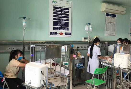 Trời chuyển mùa, bệnh viện phải kê thêm cũi di động vì trẻ mắc bệnh hô hấp nặng tăng nhanh - Ảnh 2.