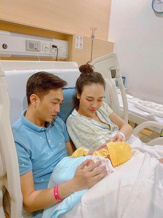 Cuộc sống bỉm sữa của vợ chồng Đàm Thu Trang - Ảnh 2.