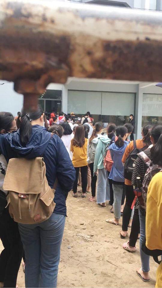 Choáng với cảnh sinh viên 1 trường đại học ở Hà Nội đứng dài cả km từ 6h sáng - Ảnh 3.