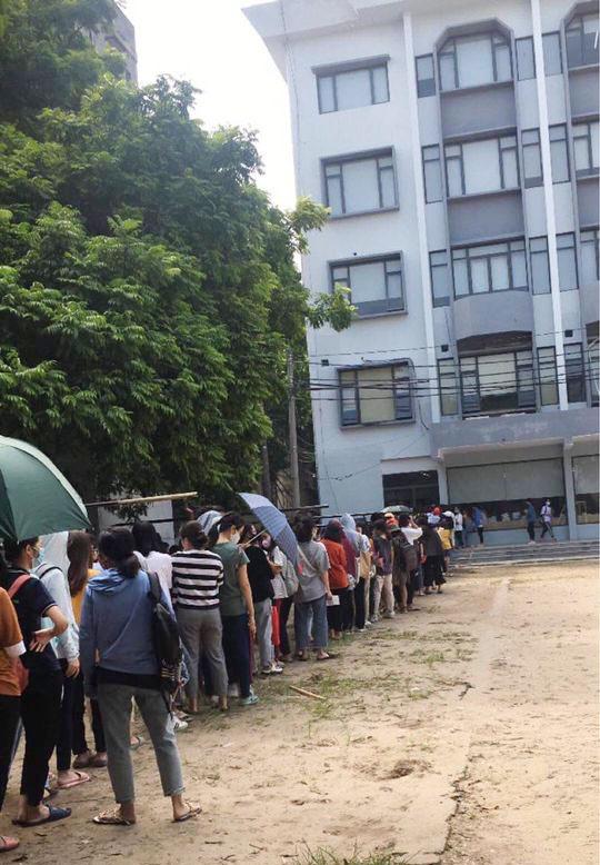 Choáng với cảnh sinh viên 1 trường đại học ở Hà Nội đứng dài cả km từ 6h sáng - Ảnh 8.