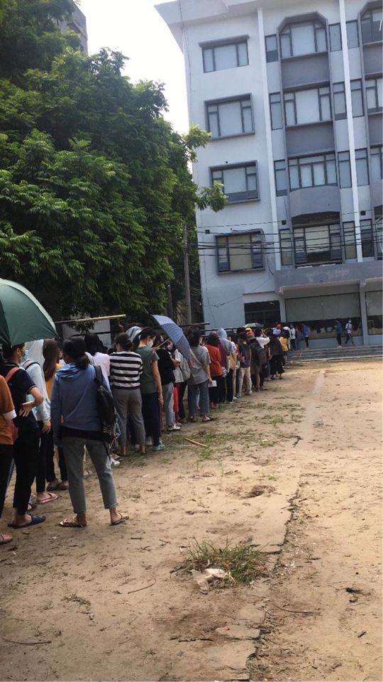 Choáng với cảnh sinh viên 1 trường đại học ở Hà Nội đứng dài cả km từ 6h sáng - Ảnh 10.