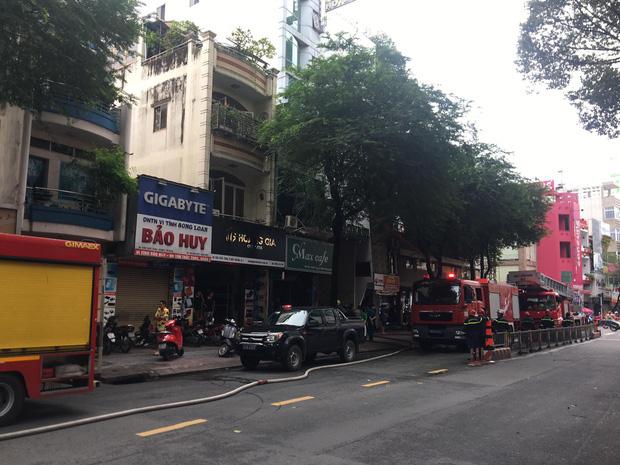 Cháy khách sạn ở trung tâm Sài Gòn, nhiều người hoảng loạn tháo chạy - Ảnh 1.