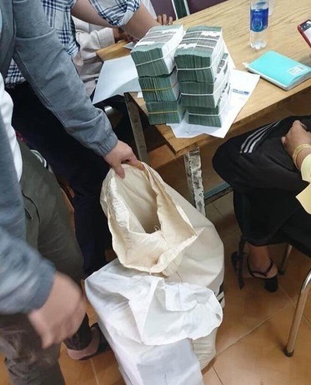 Đại gia tiền mặt vác bao tải, xếp như chồng gạch đi mua nhà Hà Nội - Ảnh 4.