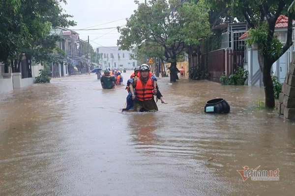 Cảnh sát giải cứu 42 giáo viên, học sinh kẹt ở trường học do mưa lớn - Ảnh 1.