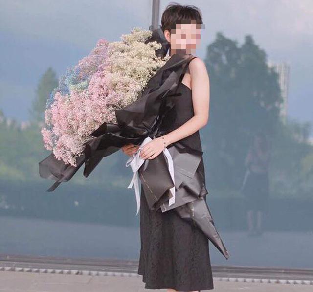 Mốt tặng hoa siêu to, siêu khổng lồ của giới mày râu - Ảnh 1.