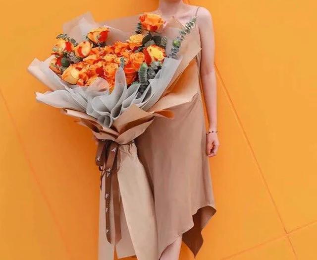 Mốt tặng hoa siêu to, siêu khổng lồ của giới mày râu - Ảnh 2.