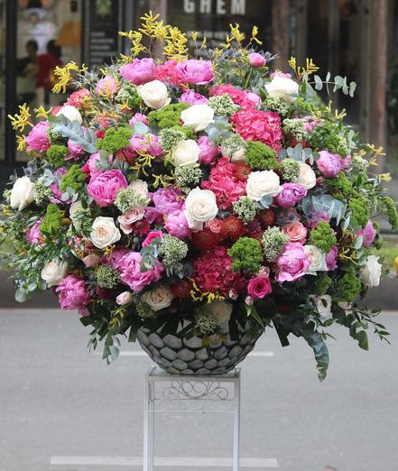 Mốt tặng hoa siêu to, siêu khổng lồ của giới mày râu - Ảnh 6.