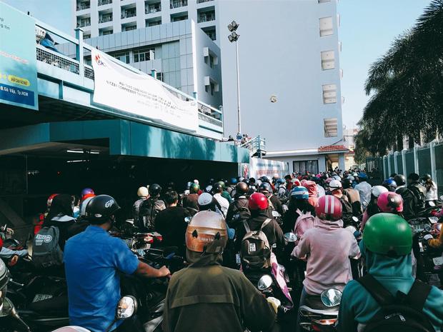 Nghẹt thở cảnh xe máy la liệt ở bãi giữ xe trường đại học - Ảnh 4.