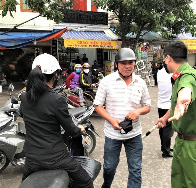 Hà Nội: Nhiều người dân ở quận Cầu Giấy không đeo khẩu trang nơi công cộng - Ảnh 3.