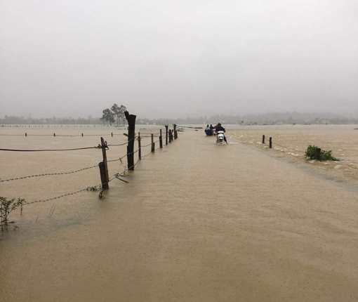 Nghệ An: Mưa lớn cộng với thủy điện xả lũ, dân chạy lụt trong đêm - Ảnh 1.
