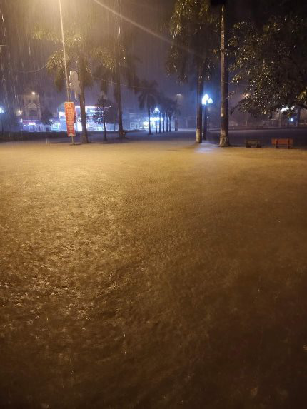 Nghệ An: Mưa lớn cộng với thủy điện xả lũ, dân chạy lụt trong đêm - Ảnh 4.