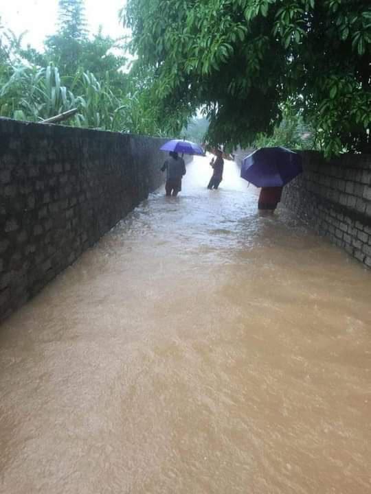 Hà Tĩnh: Nước lên từng giờ, nhiều xã đã bị cô lập, lực lượng chức năng khẩn trương sơ tán người dân - Ảnh 5.