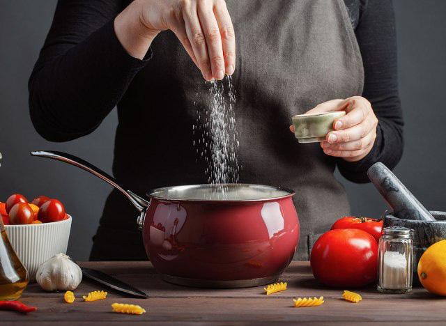 Có một kiểu ăn uống dẫn đến hậu quả nhẹ thì hại thận, hại tim, nặng thì ung thư, cơ thể có 4 dấu hiệu này thì phải xem lại những gì bạn ăn - Ảnh 2.