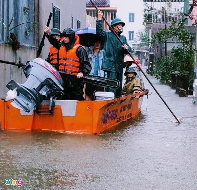 Giải cứu gần 200 hộ dân TP Vinh mắc kẹt giữa biển nước - Ảnh 4.
