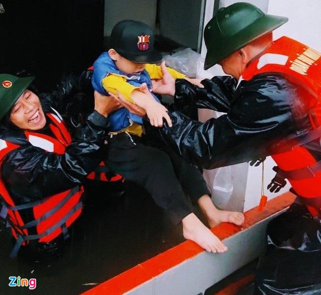 Giải cứu gần 200 hộ dân TP Vinh mắc kẹt giữa biển nước - Ảnh 5.