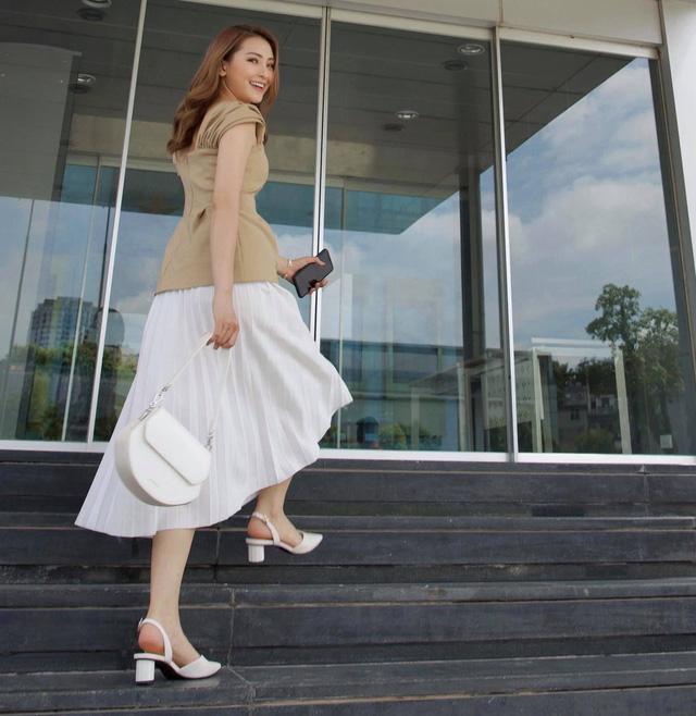 Ngắm các nữ BTV, MC diện váy dài xếp ly bất chấp mọi thời tiết - Ảnh 9.
