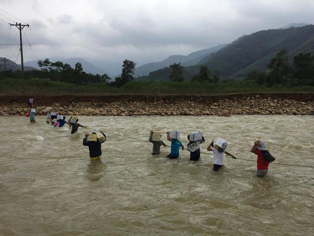 Cận cảnh hành trình đưa gần 300 triệu đồng tới với đồng bào vùng xa, nhiều nơi vẫn còn bị cô lập ở Quảng Bình và Quảng Trị - Ảnh 15.