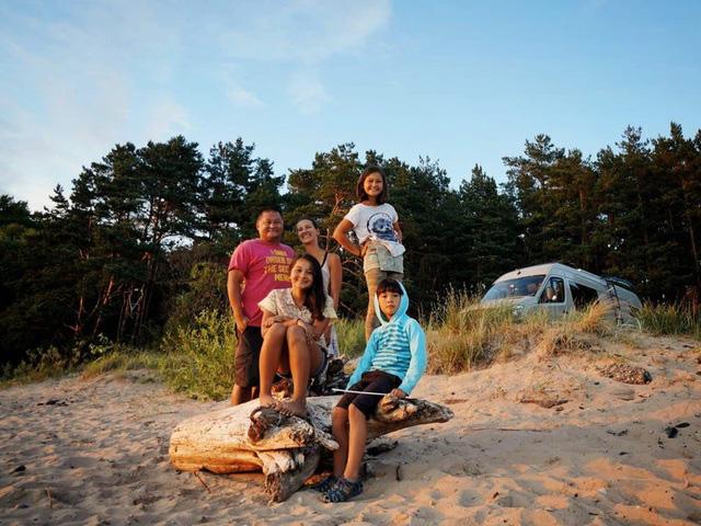 """Gia đình """"du mục"""" vừa nuôi 3 con vừa đi du lịch vòng quanh thế giới - Ảnh 10."""