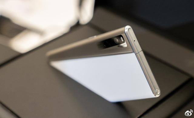 Cận cảnh chiếc smartphone màn hình cuộn đầu tiên trên thế giới - Ảnh 7.