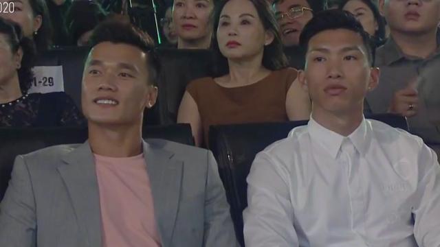 Đoàn Văn Hậu cổ vũ bạn gái tin đồn tại đêm chung kết Hoa hậu Việt Nam 2020? - Ảnh 1.