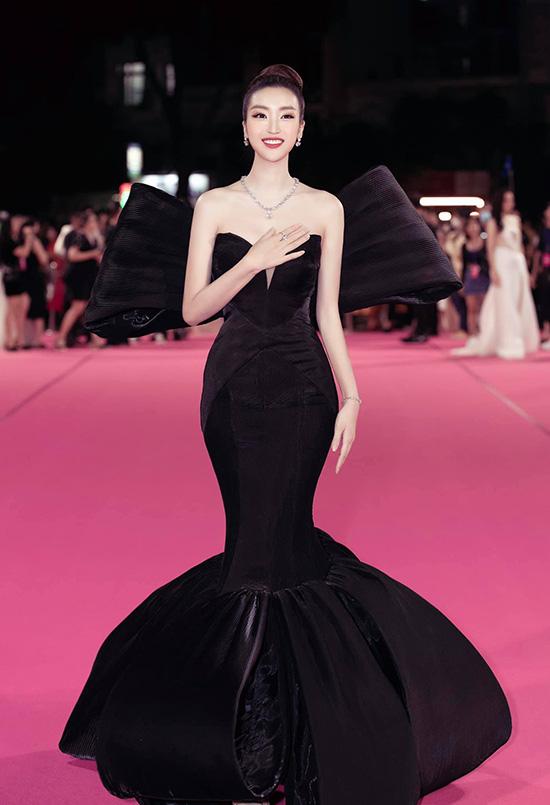 Á hậu Phương Nga lộ chân to, Tiểu Vy và nhiều người đẹp bị cộng tuổi vì váy áo - Ảnh 7.