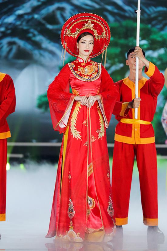 Á hậu Phương Nga lộ chân to, Tiểu Vy và nhiều người đẹp bị cộng tuổi vì váy áo - Ảnh 8.