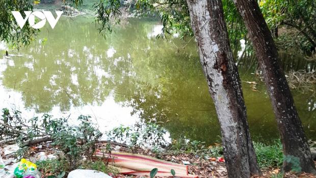 Bà mải làm việc nhà, 2 bé gái 3 tuổi rơi xuống hồ nước tử vong - Ảnh 1.