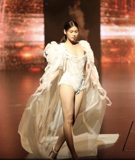 Á hậu 2 Ngọc Thảo lộ ảnh quá khứ đi diễn nội y trong show của Vũ Khắc Tiệp - Ảnh 1.