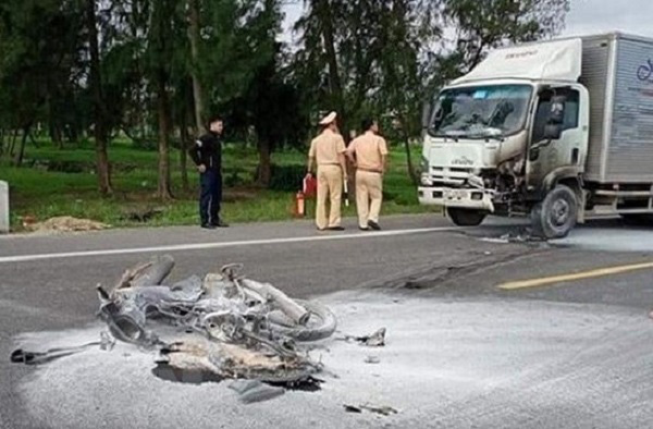 Xe tải tông xe máy rồi bốc cháy, 1 người tử vong - Ảnh 1.