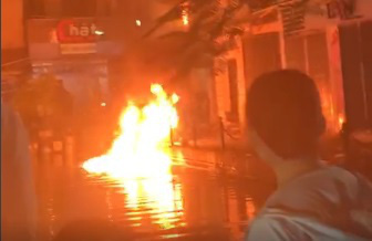 Người đàn ông ném bom xăng sang nhà hàng xóm lúc nửa đêm - Ảnh 1.