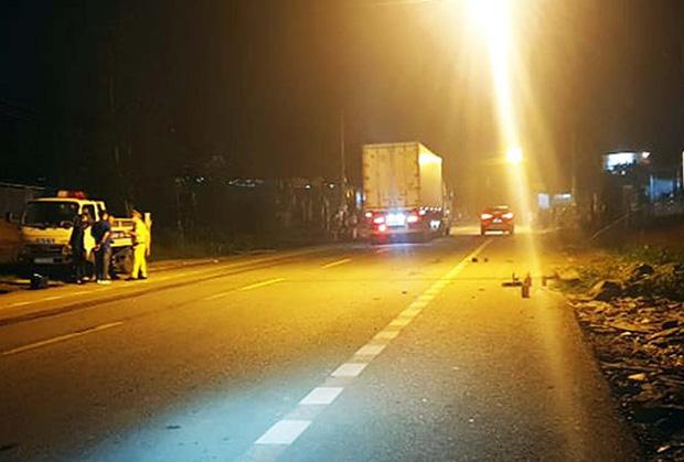 Ô tô kéo lê xe đạp điện trên quốc lộ, nam sinh tử vong tại chỗ - Ảnh 1.