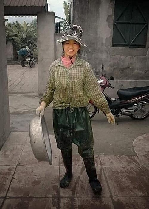 Ảnh tân Hoa hậu Đỗ Thị Hà lấm lem đi cấy gây sốt trên mạng - Ảnh 1.