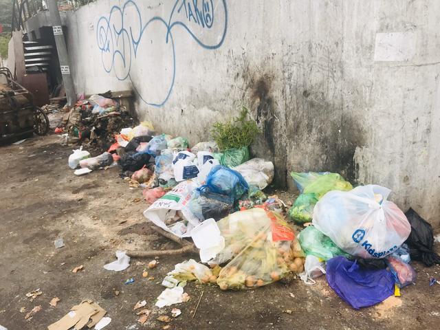Phố Yên Phụ, Tây Hồ ngập chìm trong rác, Hà Nội chỉ đạo làm rõ trách nhiệm - Ảnh 2.