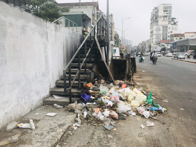 Phố Yên Phụ, Tây Hồ ngập chìm trong rác, Hà Nội chỉ đạo làm rõ trách nhiệm - Ảnh 3.