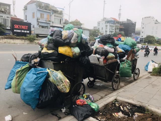 Phố Yên Phụ, Tây Hồ ngập chìm trong rác, Hà Nội chỉ đạo làm rõ trách nhiệm - Ảnh 4.