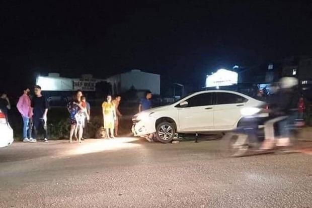Hà Nội: 2 cô gái trẻ nguy kịch sau khi liên tiếp bị 2 ô tô tông trúng rồi kéo lê hàng trăm mét - Ảnh 1.