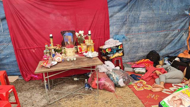 Quảng Bình: Người đàn ông phụ hồ qua đời vì kiệt sức trong lũ dữ, cả xóm nghèo ám ảnh đôi mắt thẫn thờ của 2 đứa trẻ thơ - Ảnh 4.