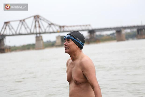 Hà Nội rét cắt da cắt thịt, nhiều người dân vẫn nhộn nhịp ra sông Hồng tắm tiên - Ảnh 6.